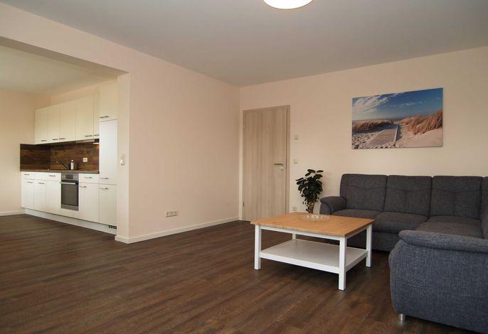 Der Wohnbereich mit gemütlicher Sitzecke und Küchenzeile