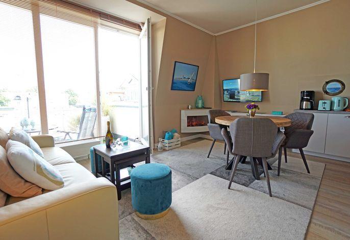 Wohnzimmer mit Esstisch und Zugang zur Dachterrasse