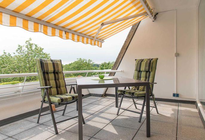 Ferienwohnung Saphir Balkon mit Tisch und Stühlen