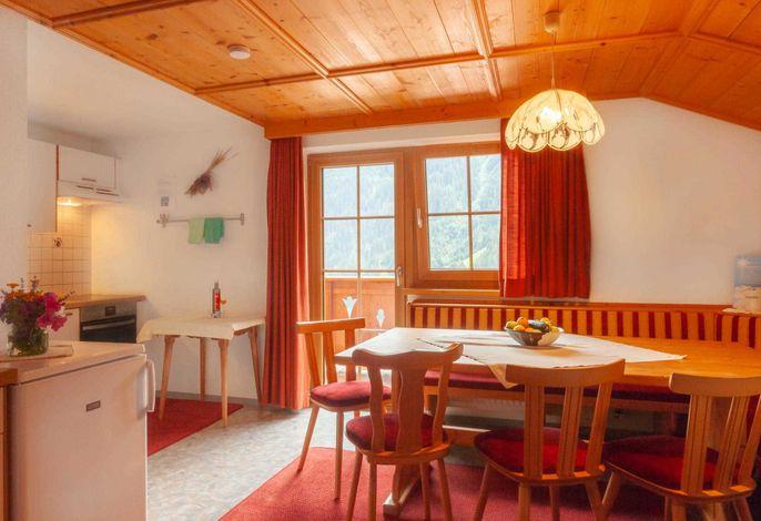Gemütliche Küche mit Sitzecke und Balkon