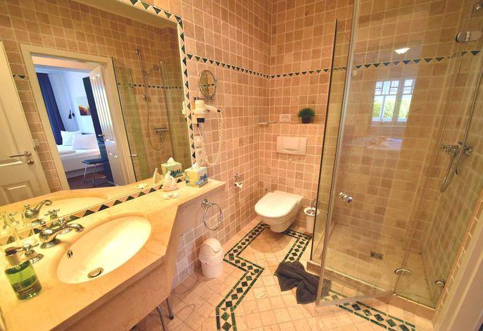 Granitbadezimmer mit Dusche