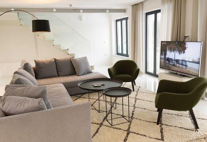 Wohnzimmer mit Sky TV und Kamin