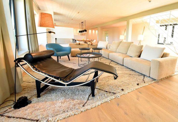 Wohnraum mit Designermöbeln, Sky TV un Kamin