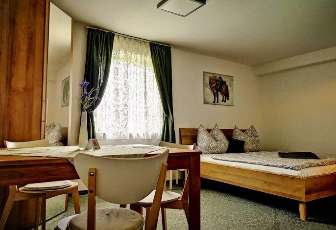 Doppelzimmer mit Esstisch