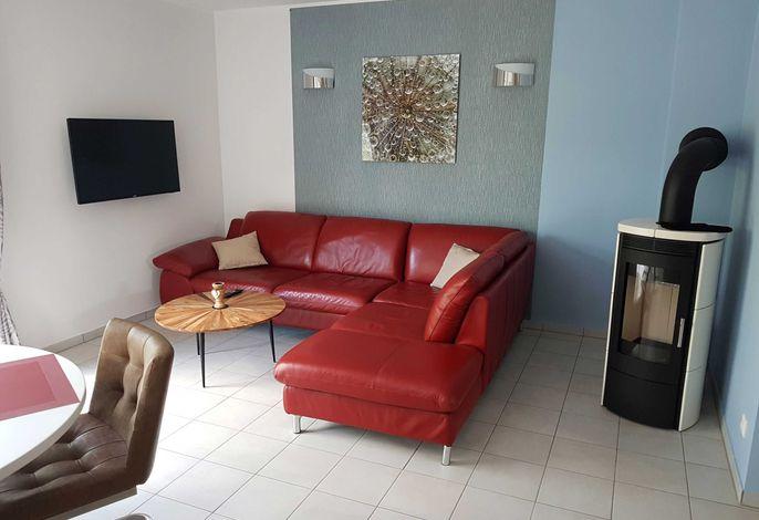 Wohnbereich mit Kamin und Flat-TV (Wohnbeispiel)