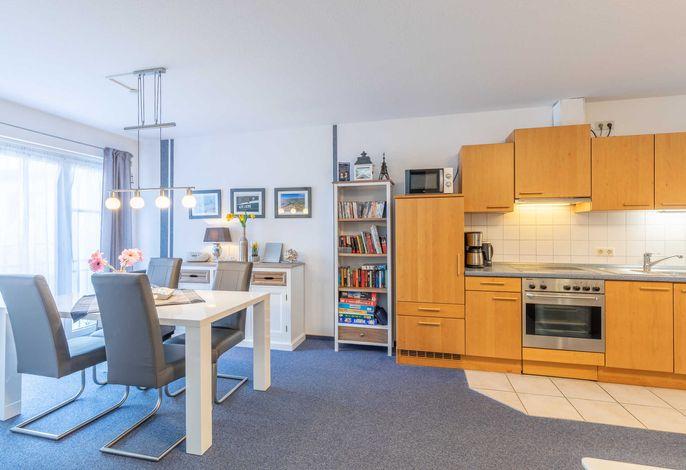 Wohnzimmer mit Essplatz und Küchenzeile