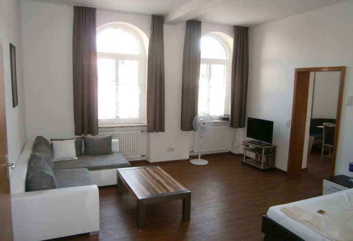 Ferienwohnung EG Deluxe: Wohn und Schlafzimmer mit Doppelbett, Schlafcouch und TV