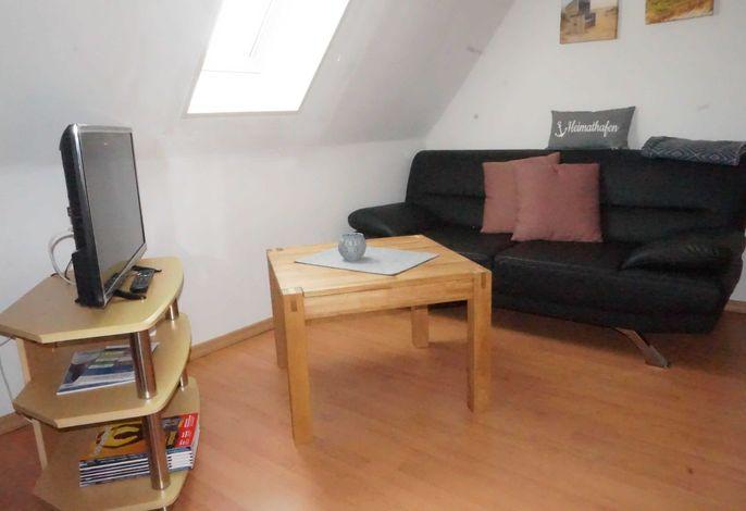 Wohnansicht mit Sofa und Flach-TV