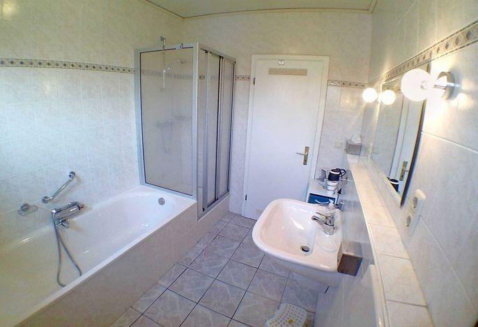 Bad mit Dusche und Badewanne.