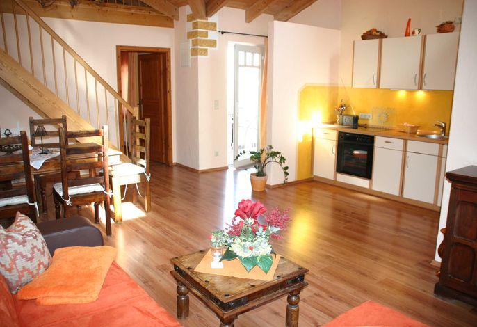 Geräumiger Wohn- und Essbereich mit Küche mit spanischem Flair