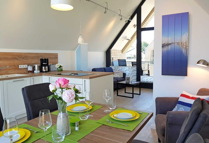 Komfortabler Wohn- und Essbereich mit Küche im DG