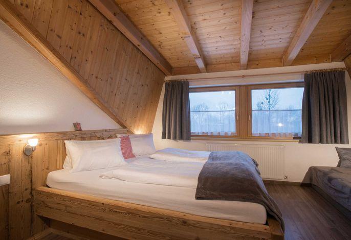 1. Schlafzimmer mit Doppelbett und Einzelbett
