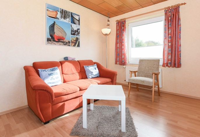Wohnküche mit Essgruppe und Wohnzimmer-Garnitur