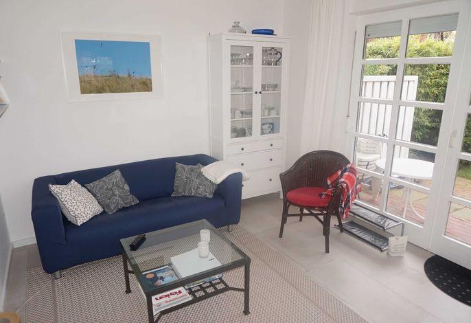 gemütliches Wohnzimmer mit 2 bequemen Sofas und zusätzlichem Sessel