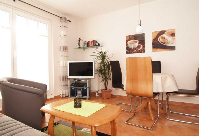Das Wohnzimmer mit Sitzecke und Flachbild-TV