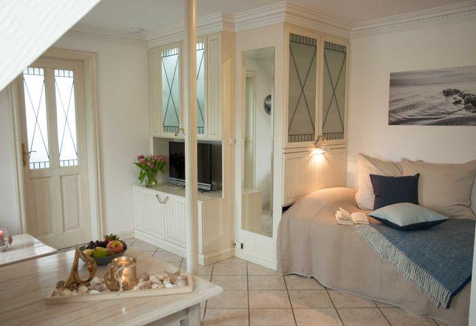 Schlafbereich mit ausgefahrenem Schrankbett