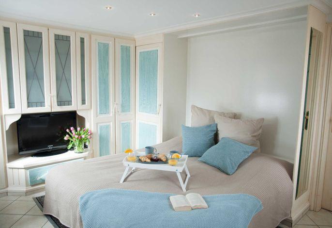 Schlaf-/Wohnbereich mit ausgefahrenem Schrankbett