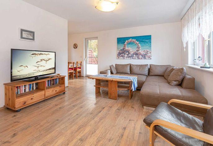 Das geräumige Wohnzimmer mit Flachbild-TV