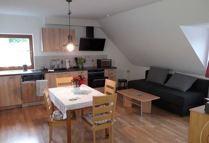 Wohnküche mit neuer Küche. Ausgestattet mit Kühlschrank, Spülmaschine, Kaffeemaschine, Mikrowelle usw.