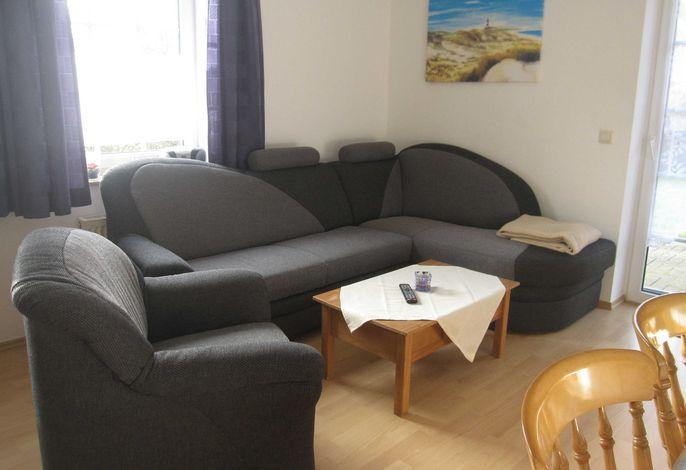 Sitzecke im Wohnraum mit Küchenzeile