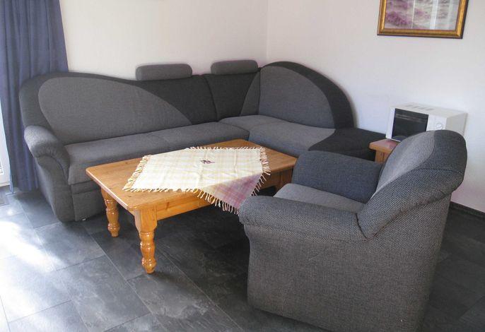 Sitzbereich im Wohnraum mit Küchenzeile