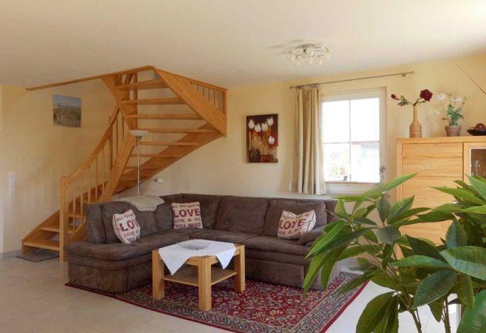 Wohnzimmer mit Treppe zum Obergeschoss