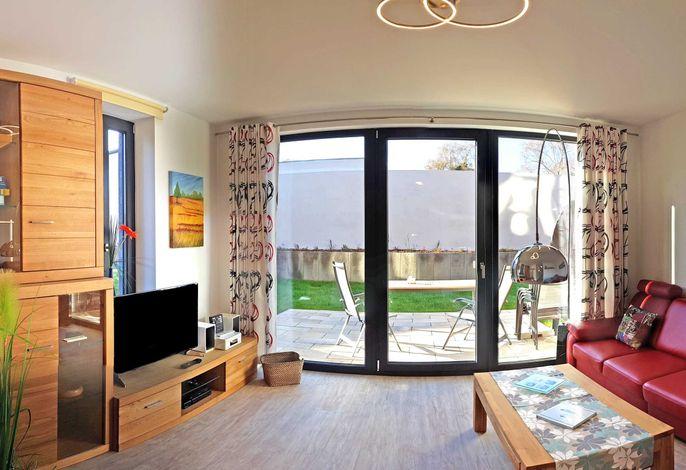 Gemütlicher Wohnbereich mit Zugang zur Terrasse