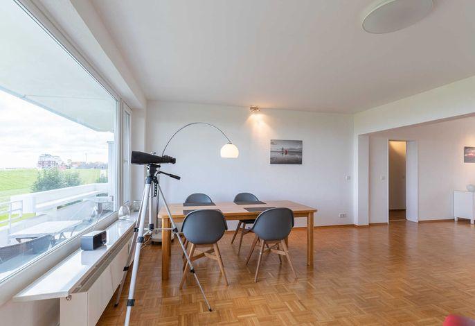 Wohnzimmer mit Essplatz und Blick auf die Elbe