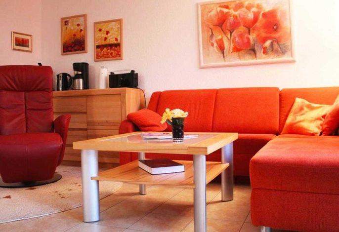 Pa12-4- Blick auf das Ecksofa und den Sessel im Wohnbereich