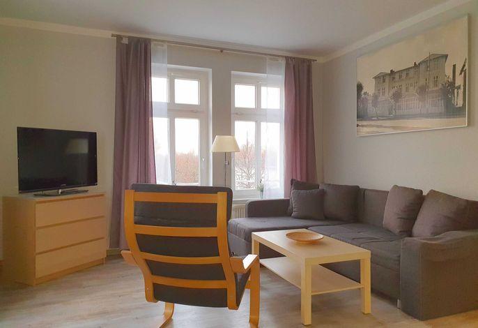 Wohnbereich mit Schlafcouch und Flachbild TV