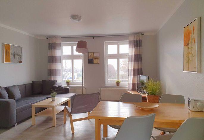 Wohnbereich mit Schlafcouch und Flachbild TV im Haus Ferienglück