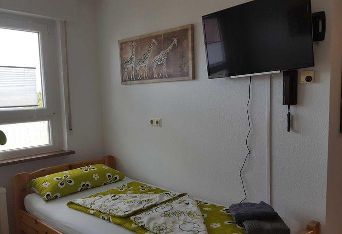Schlafzimmer mit 2 Einzelbetten und Fernseher