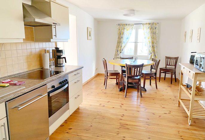 moderne, helle  Küche mit Essplatz