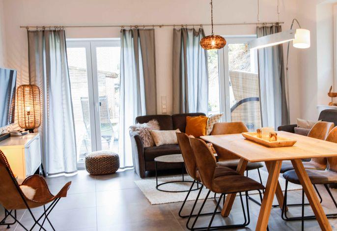 gemütliches Wohnzimmer mit Zugang zur Terrasse und Garten