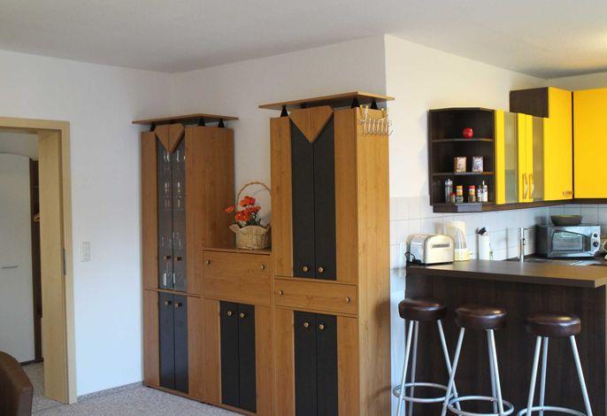 Wohnzimmer mit Blick in die Wohnküche