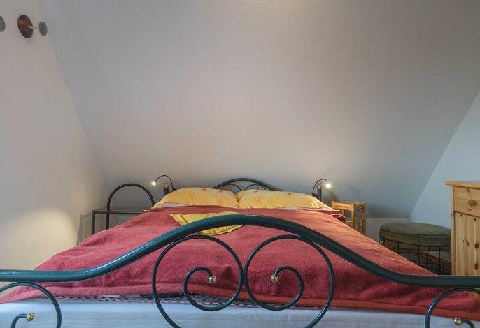 Das Schlafzimmer mit Doppelbett und Schrank.