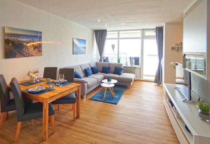 Liebevoll eingerichteter Wohn- und Essbereich mit Meerblick