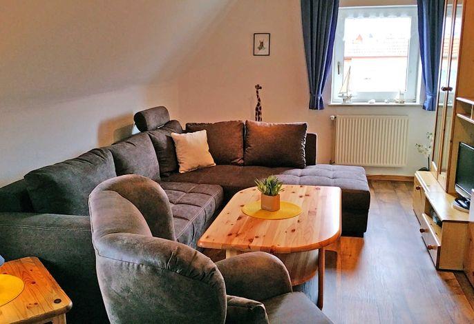 Gemütlicher Wohnbereich mit Sofa und TV