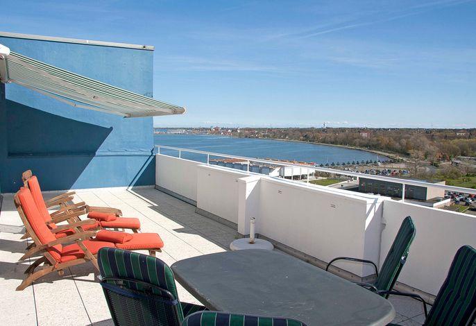 Möblierte Dachterrasse mit Blick auf den Binnensee