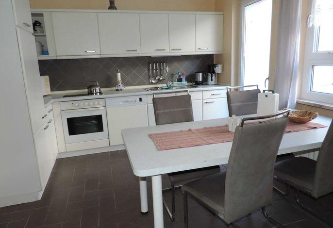 Einbauküche mit Spülmaschine und Sitzgruppe