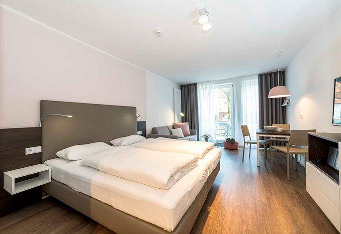 Wohnessbereich mit Doppelbett, Couch und Esstisch