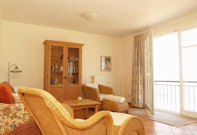 Der Wohnraum mit gemütlicher Sitzecke und Blick auf die Ostsee