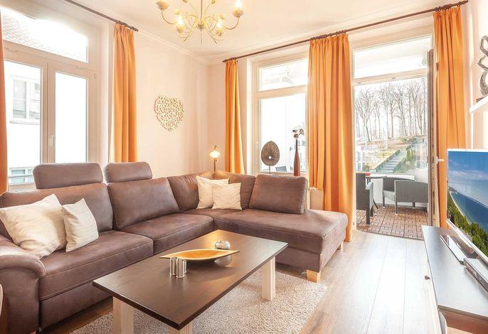 Wohnzimmer mit Zugang zur überdachten Loggia