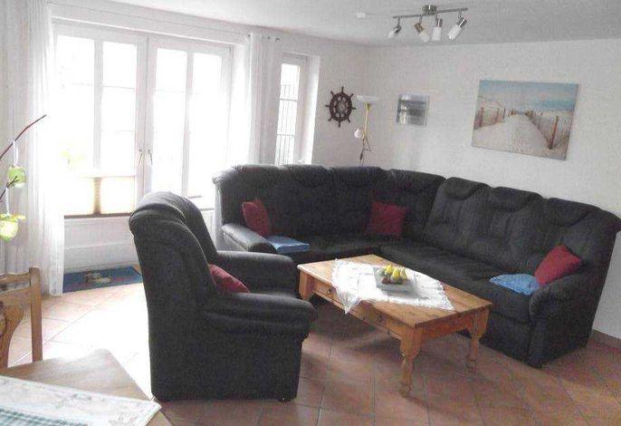helles, geschmackvoll eingerichtetes Wohnzimmer mit dirketem Zugang zur Terrasse