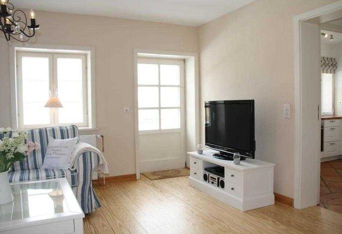 gemütliches Wohnzimmer mit Zugang zur Terrasse
