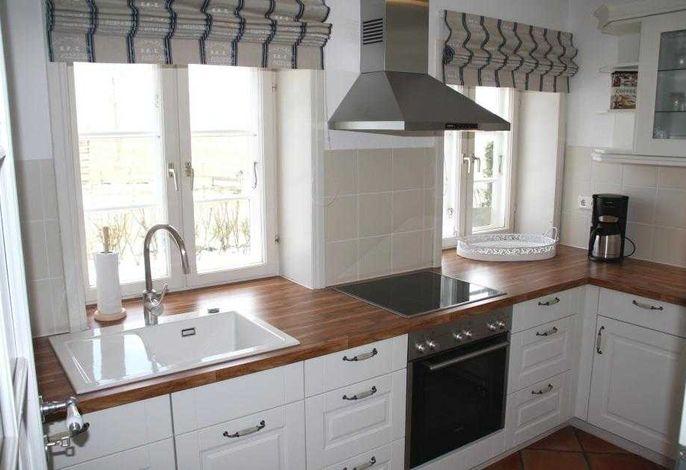 separate Küche u.a. mit Backofen und Geschirrspüler