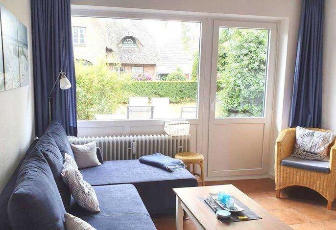 gemütliches Wohnzimmer mit Terrassenzugang