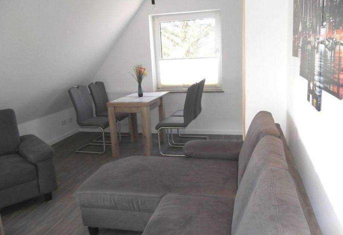 gemütliches Wohnzimmer mit Eßecke und Durchgang zur Küche