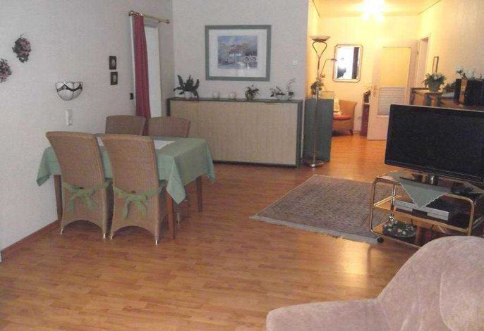 gemütliches Wohnzimmer, mit Essecke und zwei ausklappbaren Betten.