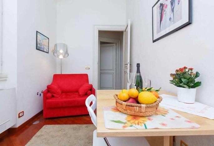 Ess- und Aufenthaltsraum, roter Sessel  ist auch Schlafsofa